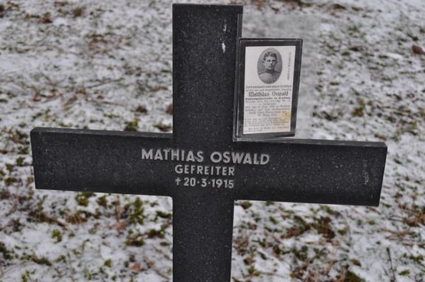 Das Grabkreuz Matthäus Osswalds uns sein Sterbebild. Wie man sehen kann, wurde das Grabkreuz falsch beschriftet.